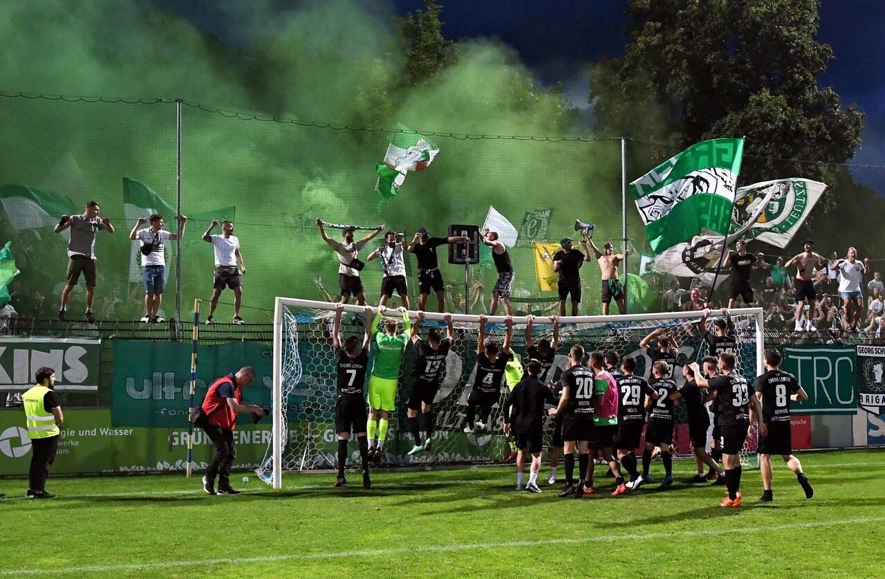 Spieler und Fans von Leipzig jubeln nach Abpfiff.